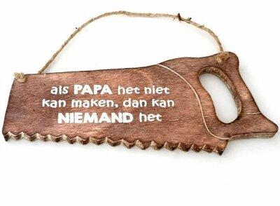 Tekst bord zaag: Als papa het niet kan maken kan niemand het